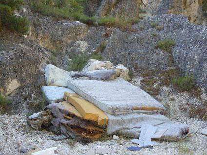"""- Rifiuti ingombranti abbandonati lungo il torrente """"Raiale""""."""